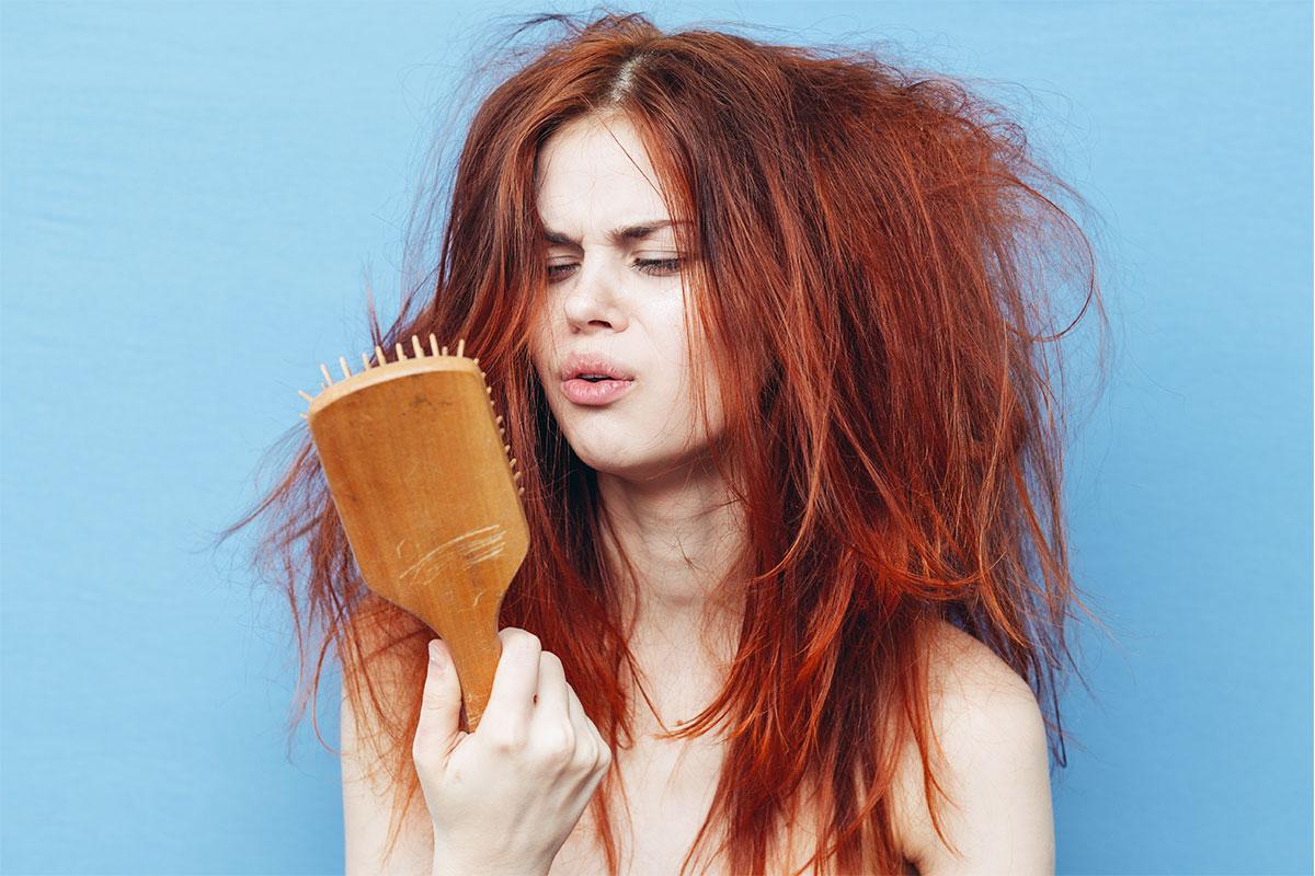 外國有染髮的女生、頭髮毛躁、打結、需要護髮